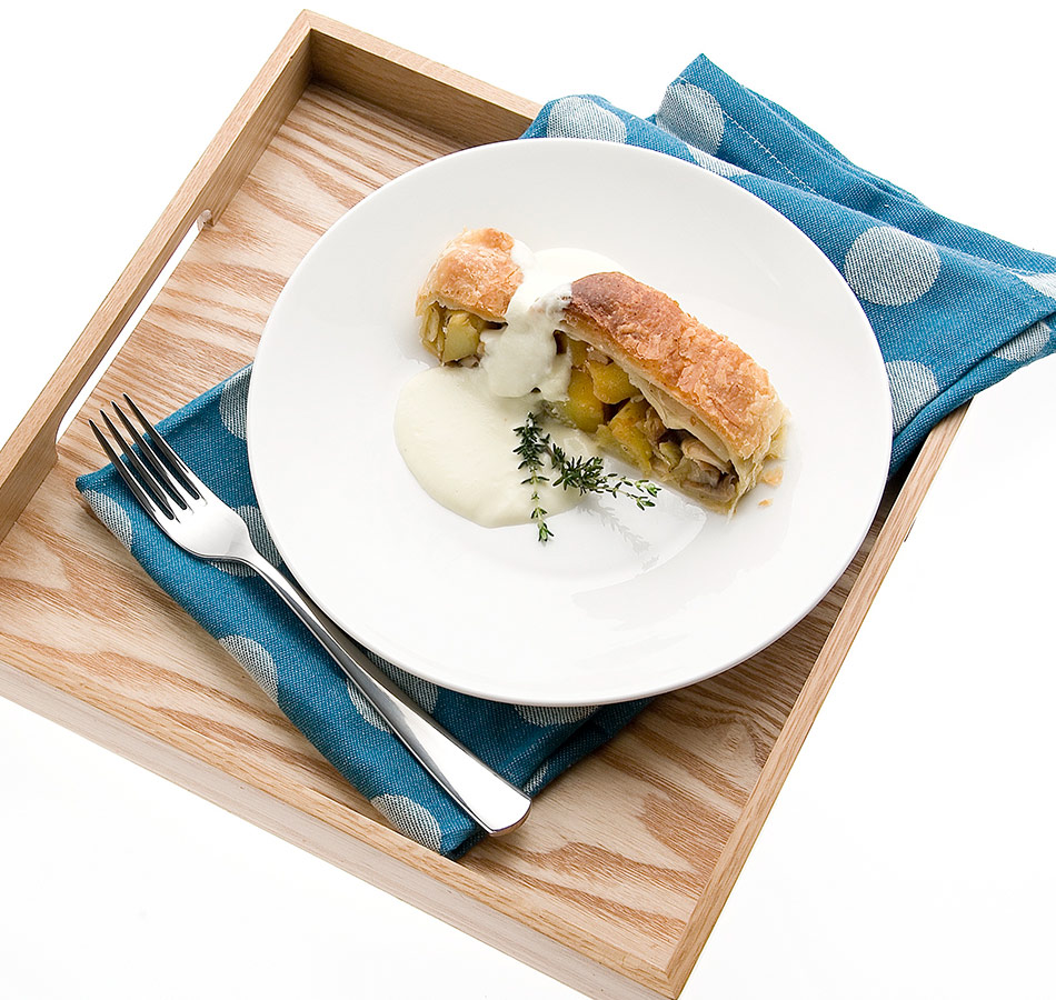 Strudel di funghi porcini e patate con fonduta di Castelmagno pronto.