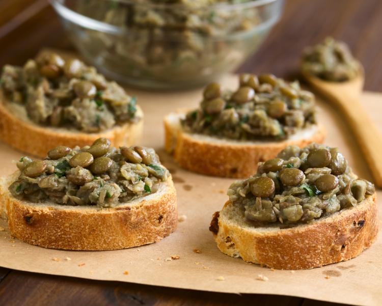 Crostini-con-crema-di-salsiccia-e-lenticchie